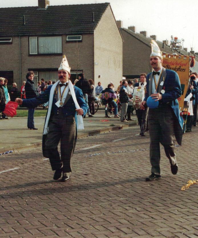 Ton de Bok (links) tijdens de optocht in 1990.