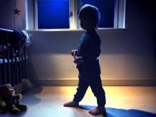 Dieven stuiten op slaapwandelend jongetje (4), 'brengen' hem naar huis en nemen pinpassen en auto mee