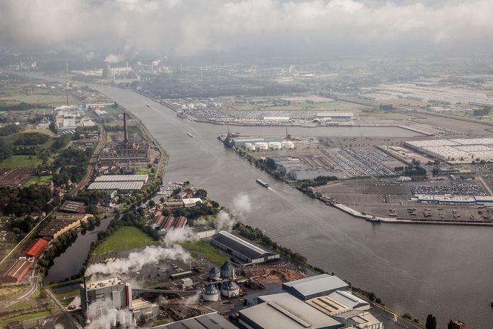 In de Gentse haven is er maandagochtend hevige rookontwikkeling ontstaan op een vrachtschip.