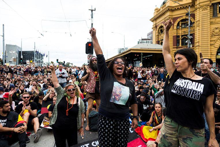 De Australische actrice Shareena Clanton (midden) balt haar vuist tijdens een demonstratie in Melbourne voor verbetering van de positie van Aboriginals op 'Australia Day', 26 januari. De dag dat de eerste Britten in 1788 voet aan land zetten wordt door Aboriginals 'Invasion Day' genoemd.   Beeld Asanka Brendon Ratnayak / Anadolu Agency via AFP