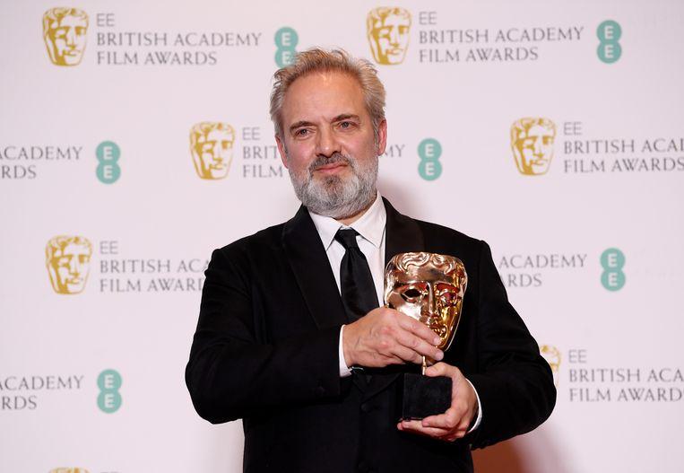 Regisseur Sam Mendes met de award voor beste film. Beeld REUTERS
