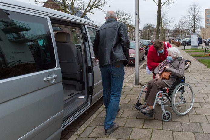 Eindhovense mevrouw Kuijpers (93) gaat zaterdag met haar zoon Peter op weg naar Veghel voor een coronaprik