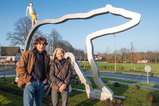 Maree Blok en Bas Lugthart bij het kunstwerk.