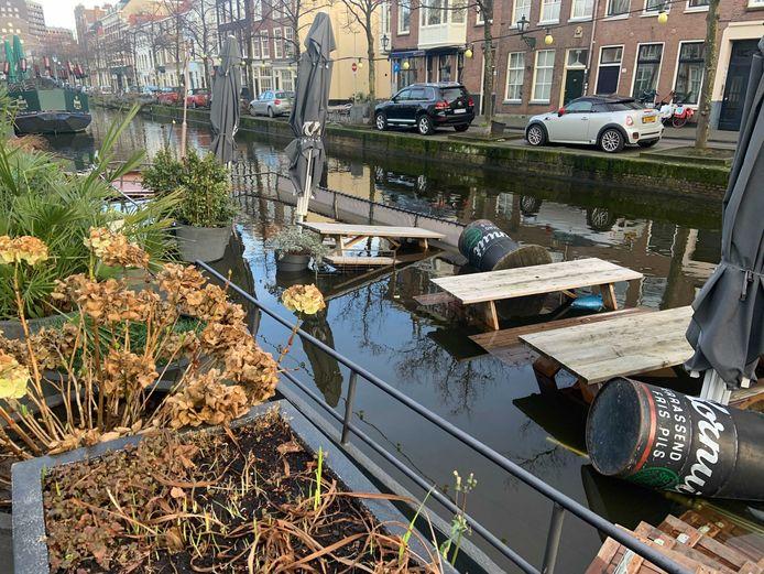De terrasboot ligt bijna helemaal onder water.