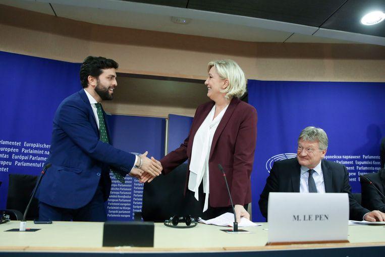 Marco Zanni van de extreemrechtse partij Lega schudt de hand van de Franse Marine Le Pen. Beeld AFP