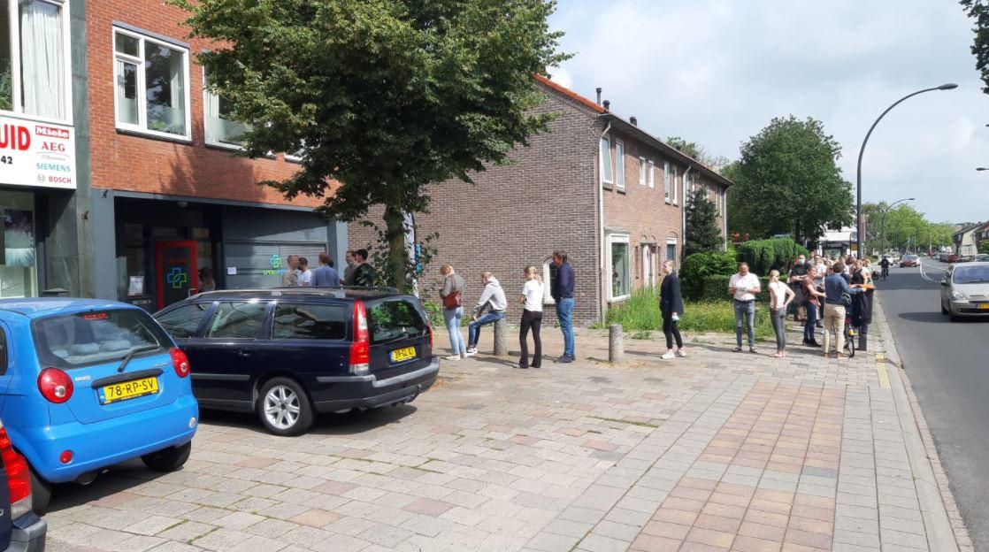 Een lange rij vormt zich op de Beukweg in Hengelo, waar bezoekers zich tegen betaling kunnen laten testen.