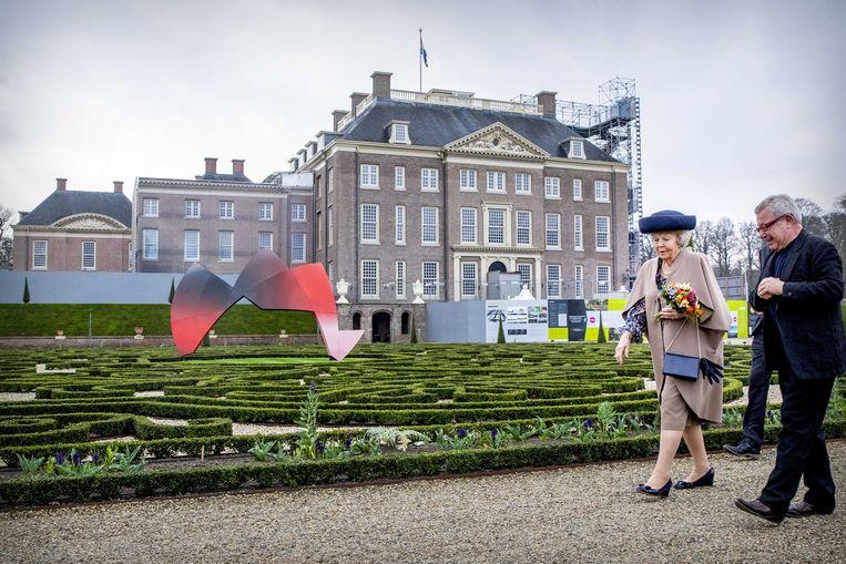 Archiect Daniel Libeskind loopt met prinses Beatrix langs zijn 'The Garden of Earthly Worries' in de tuin van paleis Het Loo in Apeldoorn. Beeld EPA
