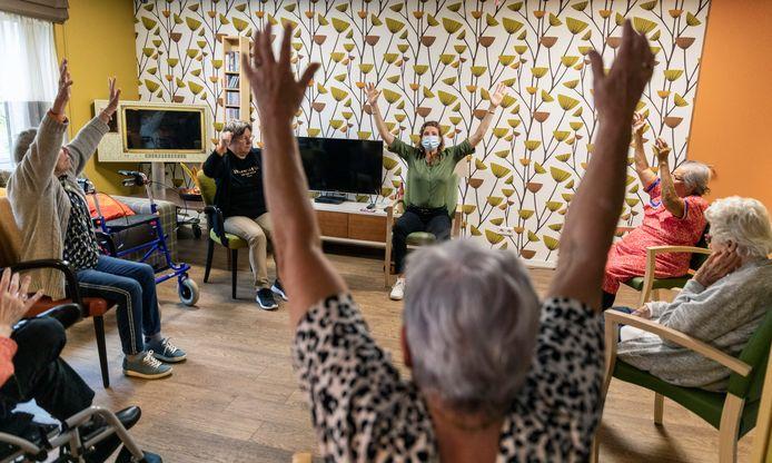 Tijdens de coronapandemie konden de yogaleraressen van Granny Yoga niet fysiek langskomen in de verpleeghuizen. Ze introduceerden daarom online stoelyoga.
