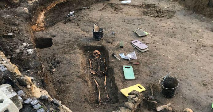 Bij de opgravingen worden graven blootgelegd. Het archeologische onderzoeksbureau kan wel wat hulp gebruiken bij het schoonmaken van de skeletten.