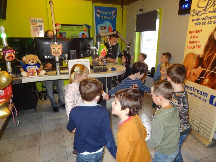 De derde kleuterklas van het Ekent-wijkschooltje bezoekt de studio van radio PROS.