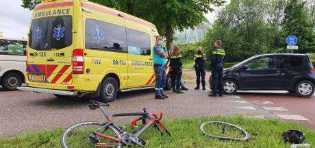 Bestuurder mee naar politiebureau voor alcoholtest nadat hij met zijn auto een wielrenner schepte in Ewijk