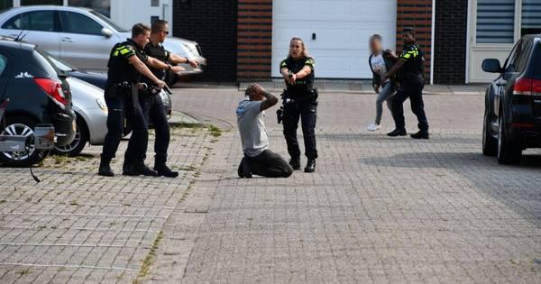 Man gewond bij ongeluk met vuurwapen in Beukenstraat Oost-Souburg.
