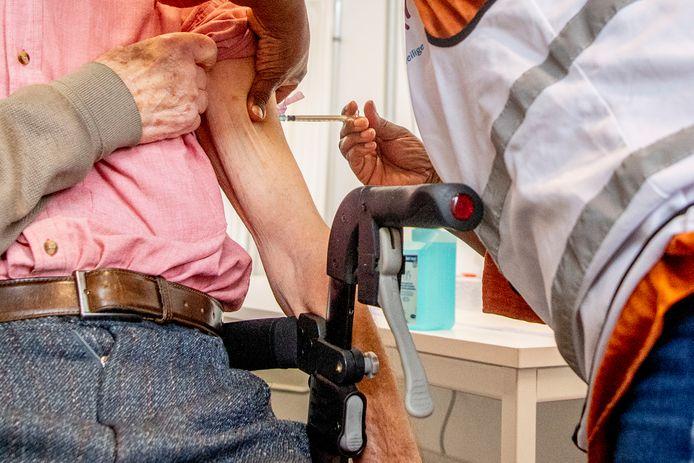 Thuiswonende 80-plussers kunnen nu een vaccinatieafspraak inplannen bij de GGD.