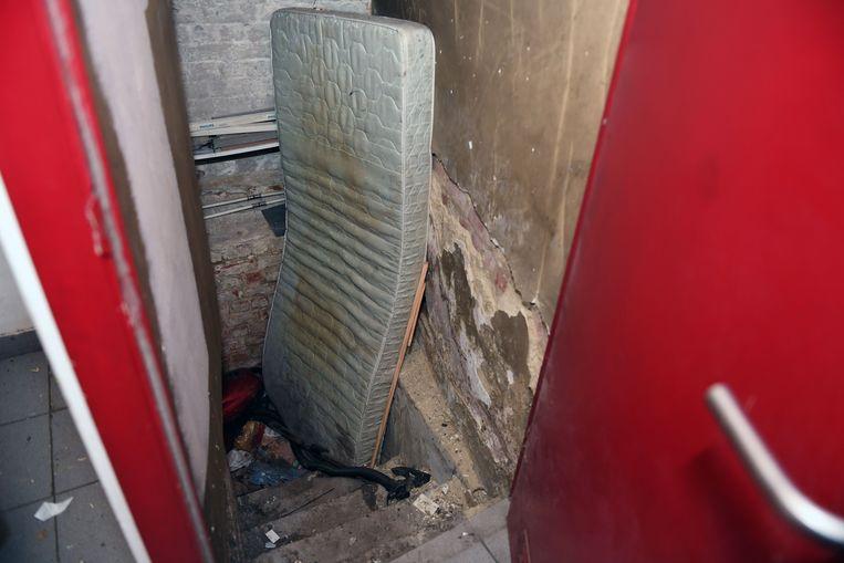 Veel studenten klaagden al langer over de koten van de familie, waar afval gedumpt wordt en schimmel op de muren staat. Beeld Vertommen