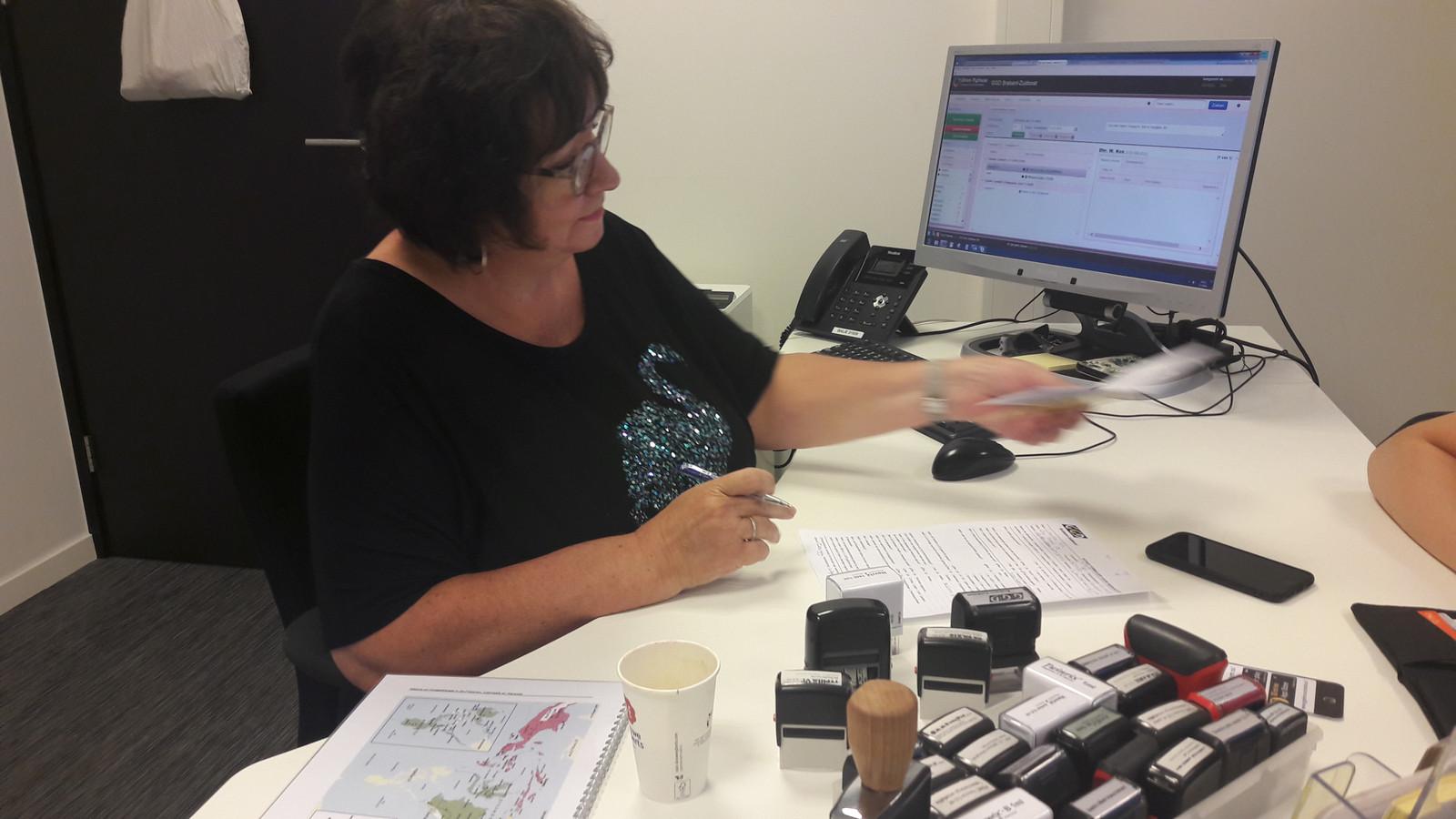 Annemarie Rouw-Zuidema van het spreekuur Reisvaccinaties van de GGD in Eindhoven met de stempels voor het intentingenboekje.