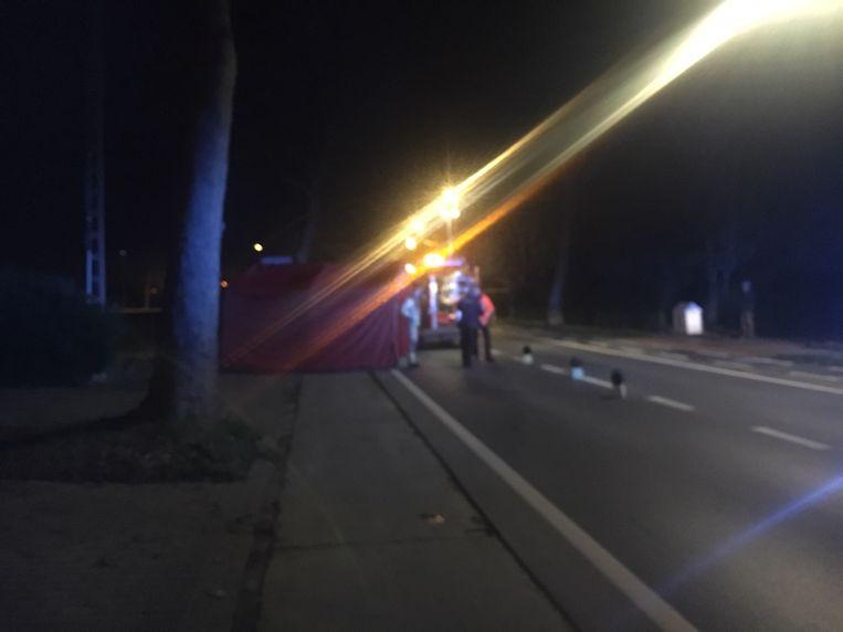 Op het fietspad plaatste de brandweer een tent.