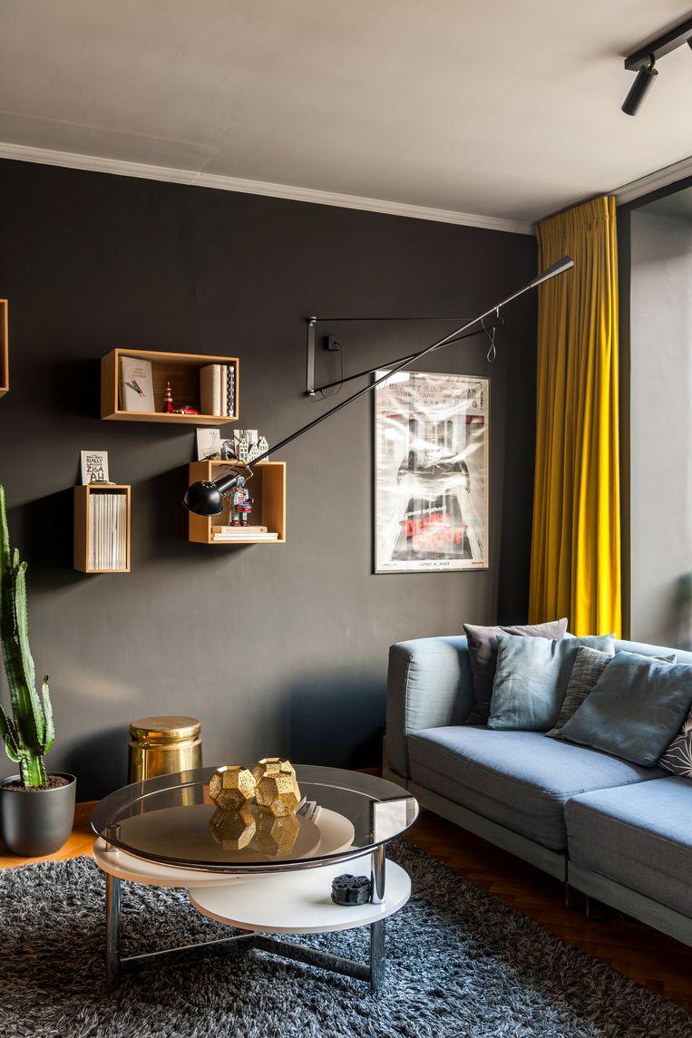 De salontafel in de living is van Michiels 'supercoole' oma die naar een home verhuisde. De Ikea-zetel lieten ze opnieuw overtrekken.De messing kruk is van ontwerper Max Lamb. © Luc Roymans Beeld null