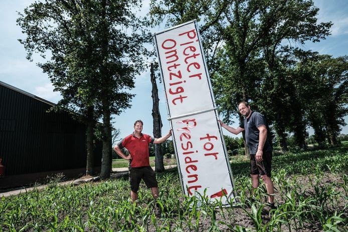 Gert-Jan Geesink( links ) en broer Robert met het Omtzigtbord.