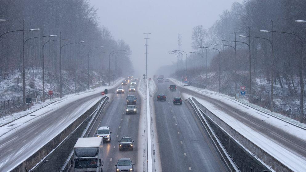Sneeuwzone trekt over Vlaanderen: geen noemenswaardige problemen, KMI waarschuwt voor gladheid tot morgenmiddag