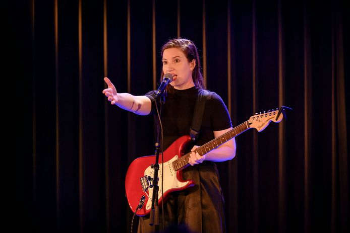 Lotte Velvet in haar element op het podium.