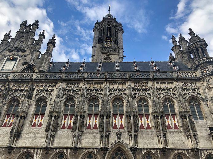 Het stadhuis van Middelburg. De balustrade is beschadigd. Om te voorkomen dat brokstukjes naar beneden vallen is een proef uitgevoerd met gaas aan de voor- en achterzijde van de balustrade. Dat is te zien bij het tweede stukje balustrade van rechts.