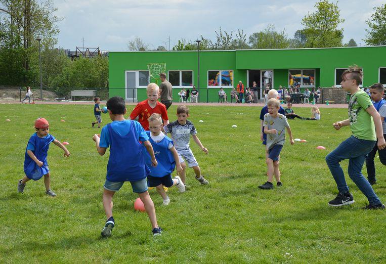Er werden verschillende sporten gespeeld, zoals voetbal.