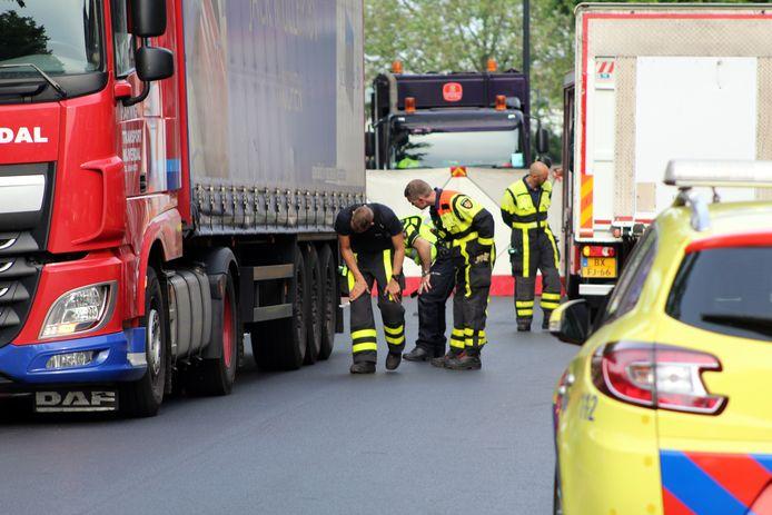 Hulpverleners bekijken de vrachtwagen die betrokken was bij het ongeval.