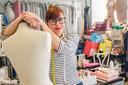 Barbara Heutink is kledingreparateur.
