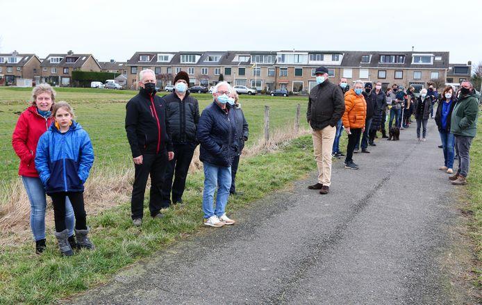 Buurtbewoners bij de plek links waar Kaag en Braassem 'skaeve huse' wil laten plaatsen.