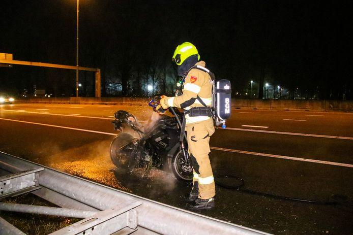 De brandweerman blust de motor.