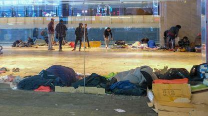 Afvalophalers Noordstation volledig ingepakt tegen besmettelijke ziektes
