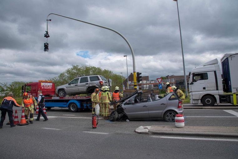Een aanhangwagen vloog de lucht in en vernielde het verkeerslicht.