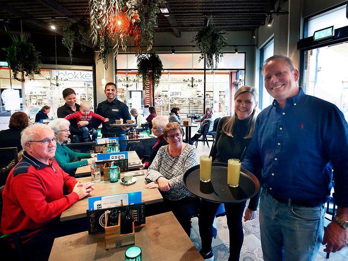 Wim van Willigen, zijn personeel én klanten delen in de feestvreugde.