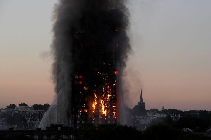 De afbrandende Grenfell Tower op 14 juni 2017