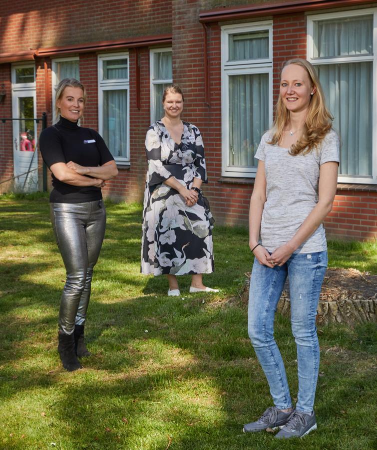 Van links naar rechts: Laurie den Braber, Eline Molenaar en Cheyenne Bos, buiten bij het verpleeghuis. Binnen was bezoek niet welkom.