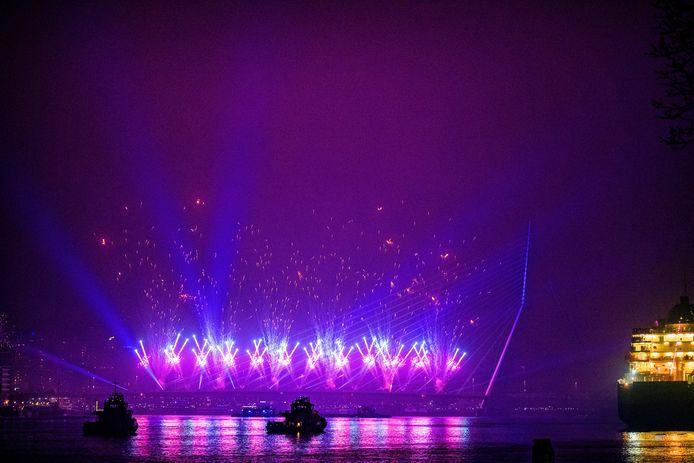 Op en rond de Erasmusbrug wordt het nieuwe jaar gevierd met het Nationale Vuurwerk.