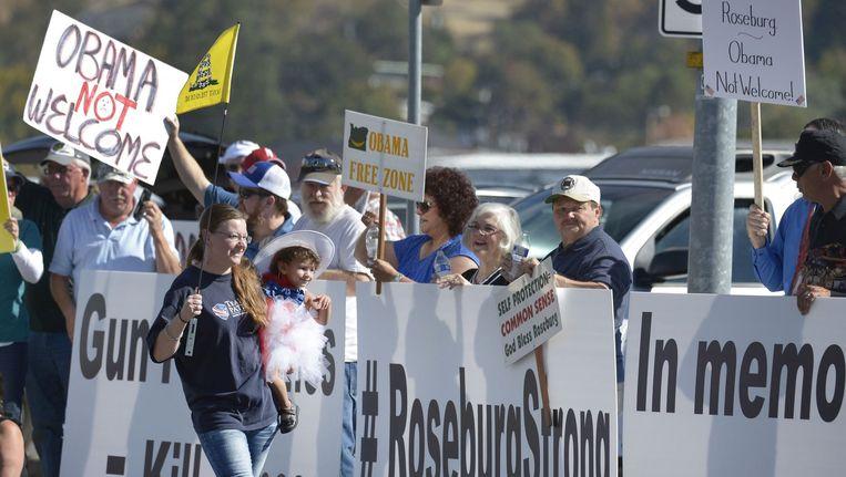 Demonstranten in Roseburg zijn het niet eens met president Obama, die pleit voor strengere wapenwetgeving. Beeld afp