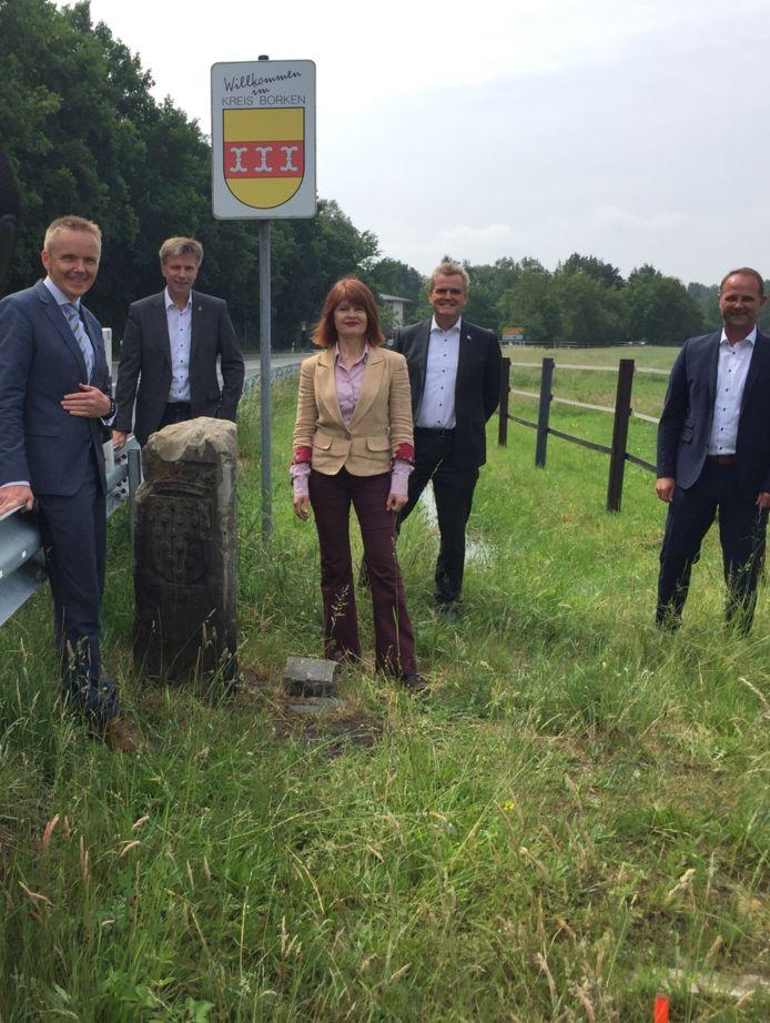 De burgemeesters op de foto samen met de Euregio-bestuurders., Van links naar rechts: Volker Pannen, Rainer Doetkotte, Cia Kroon, Rob Welten en Christoph Almering.