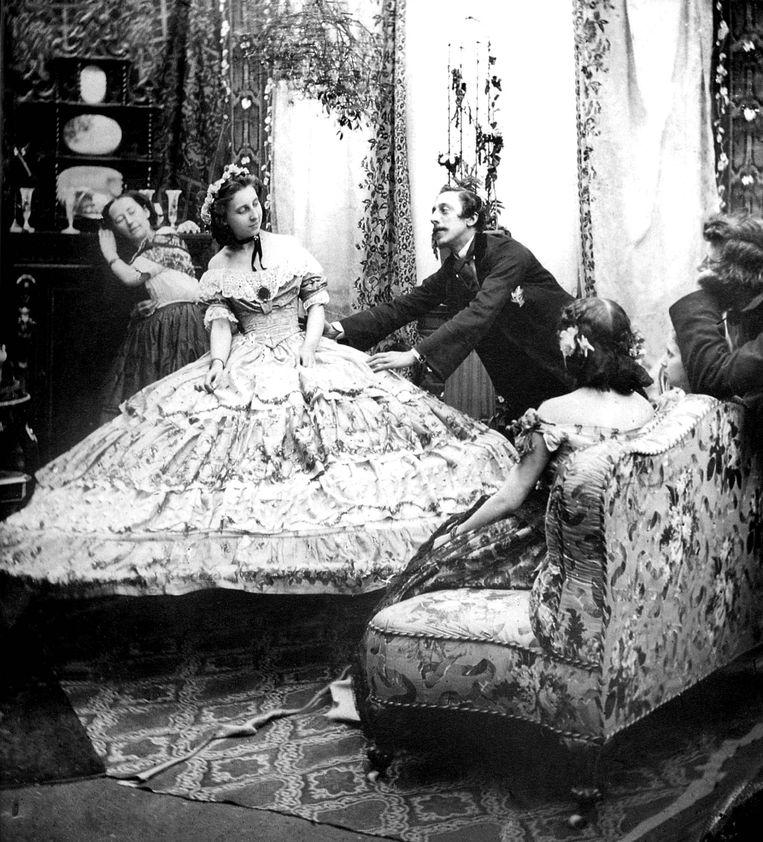 Een hoepelrok of crinoline, gedragen rond 1860.  Beeld Getty Images