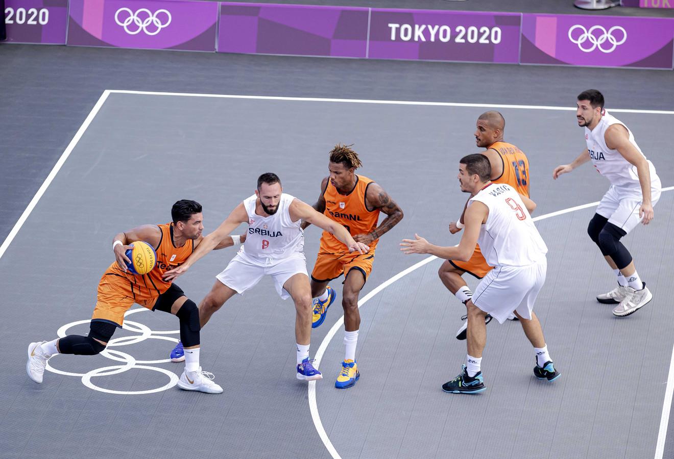Arvin Slagter, Jessey Voorn en Dimeo van der Horst van Nederland in actie tijdens de 3x3 basketbalwedstrijd tegen Servie op de Olympische Spelen.
