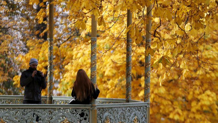Een koppeltje neemt een romantische foto in het Warandepark in Brussel.