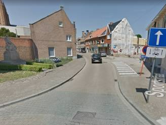 Torhoutsestraat krijgt extra parkeerstroken aan kerk
