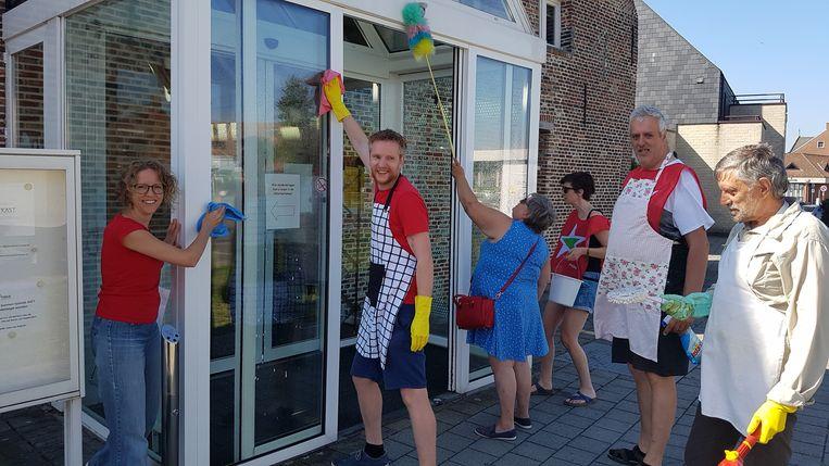 Enkele leden van PVDA Geel, met links raadslid Greet Daems, gaven het gebouw van de Geelse Huisvesting een stevige poetsbeurt.
