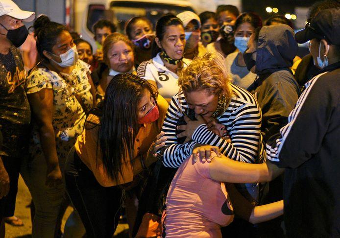Een emotionele bevolking aan de gevangenis in Guayaquil, Ecuador