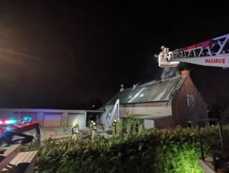 Boerderijwoning in Temse vernield door uitslaande dakbrand, 84-jarige bewoner kan tijdig ontkomen dankzij rookmelder