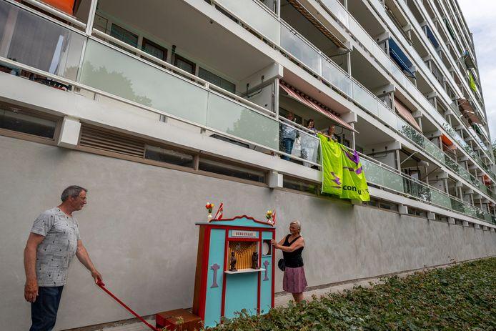 De 120 woningen tellende flat aan de Wierlaan in Bergen op Zoom is door corporatie Stadlander flink opgeknapt en gasloos gemaakt.
