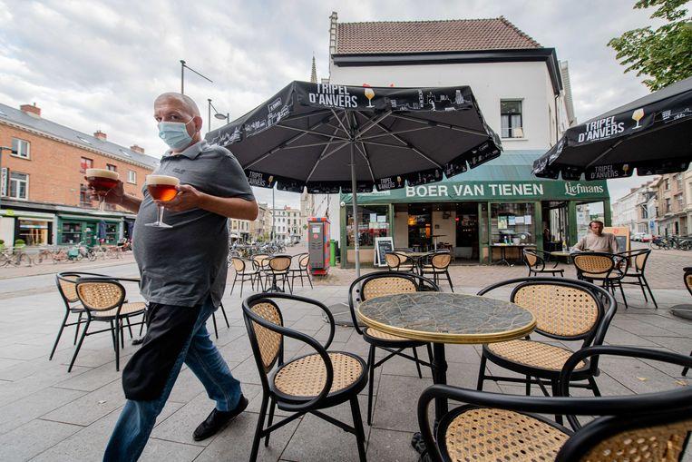 Sinds de verstrengde controle zijn 64 horecazaken onmiddellijk gesloten, onder meer omdat het personeel geen mondmasker droeg. De zaakvoerder van café Boer van Tienen toont hoe het wél moet.