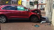 Autobestuurder botst met wagen tegen kerk