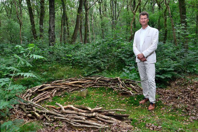 Alex Engbers in het bos rond Kamp Amersfoort, bij de plek waar Henk Sneevliet in 1942 werd gefusilleerd.
