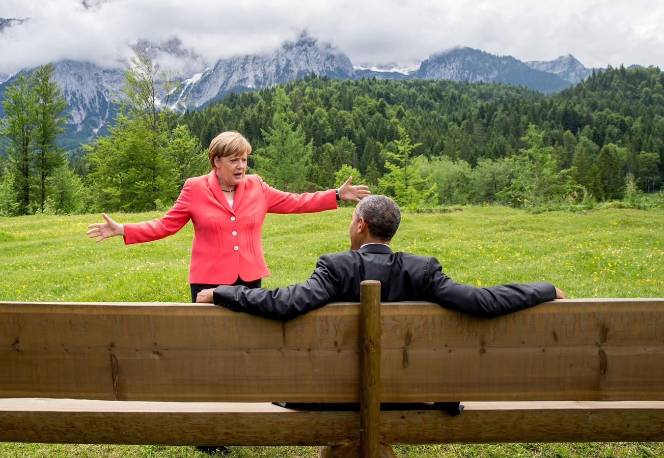 De Duitse bondskanselier Angela Merkel in gesprek met de Amerikaanse president Barack Obama tijdens een bijeenkomst van de G7 in Duitsland.
